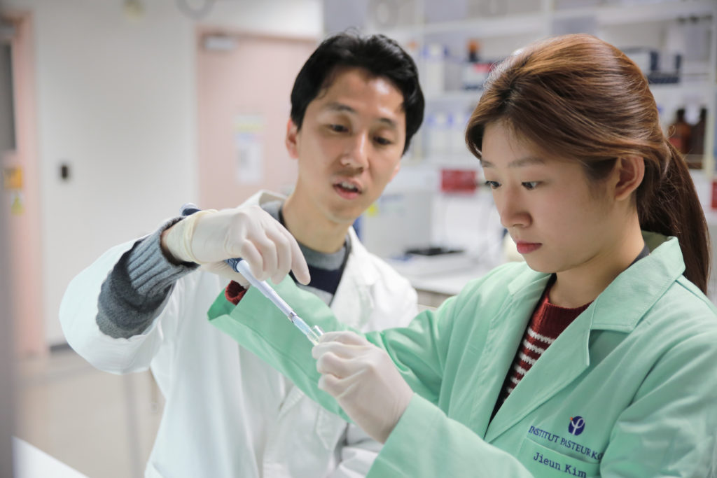 Institut Pasteur Korea, a researcher with a student in 2015.